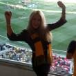 Heather McCartney, la sua squadra vince e lei si spoglia nello stadio 13
