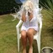 Amanda Davey fa Ice Bucket Challenge: scivola e sbatte la testa