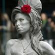 Amy Winehouse, svelata a Londra la statua di bronzo a lei dedicata04