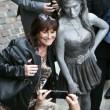 Amy Winehouse, svelata a Londra la statua di bronzo a lei dedicata01