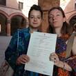 Rebecca Hetherington ed Eleonora Tadolini sono la prima coppia ad avere presentato la documentazione per iscrivere il loro matrimonio, celebrato all'estero, nell'archivio di stato civile di Bologna06
