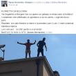"""Bologna: immigrati sul tetto contro sgombero. Commenti su Fb: """"Buttatevi"""" FOTO"""