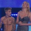 Justin Bieber resta in mutande sul palco dei Fashion Rocks
