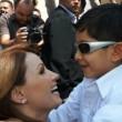 Fernando, oggi in salute, abbracciato dalla first lady del Messico Angelica Rivera