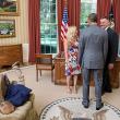 Un agente segreto e la moglie incontrano il presidente degli Stati Uniti Barack Obama nello Studio Ovale. Il figlio non sembra molto interessato all'incontro