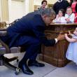 Il presidente con la piccola Lincoln Rose Pierce Smith, figlia di un'ex addetta stampa della Casa Bianca