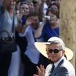 Venezia, striscione accoglie Clooney in comune04