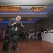 tetraplegico in piedi al matrimonio della figlia, grazie a 2 gambe02