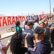 Matteo Renzi contestato all'Ilva di Taranto da operai e ambientalisti01