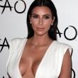 Kim Kardashian sexy e scollatissima alla sua festa di compleanno09