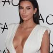 Kim Kardashian sexy e scollatissima alla sua festa di compleanno08