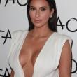 Kim Kardashian sexy e scollatissima alla sua festa di compleanno02