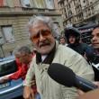 """Beppe Grillo a Genova, contestato dagli """"angeli del fango"""": """"Vieni a spalare"""" 013"""