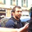 """Genova, il poliziotto all'angelo del fango: """"Mantieni le distanze o ti arresto"""" 01"""