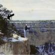 L'uomo che si affaccia sul vuoto del Grand Canyon
