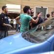 """Genova, il poliziotto all'angelo del fango: """"Mantieni le distanze o ti arresto"""" VIDEO"""