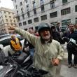 """Beppe Grillo a Genova, contestato dagli """"angeli del fango"""": """"Vieni a spalare"""" 015"""