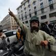 """Beppe Grillo a Genova, contestato dagli """"angeli del fango"""": """"Vieni a spalare"""" 012"""