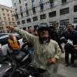 """Beppe Grillo a Genova, contestato dagli """"angeli del fango"""": """"Vieni a spalare"""""""