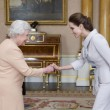 Angelina Jolie riceve titolo Dama di Gran Croce dalla Regina Elisabetta09
