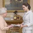 Angelina Jolie riceve titolo Dama di Gran Croce dalla Regina Elisabetta02