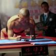 Mao Weidong, 3 ore e 26 minuti fermo con addominali contratti ed entra nel Guinness04
