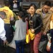granchi scappati dal suv: cinesi li raccolgono anche se c'è il coccodrillo FOTO