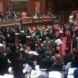 """M5S protesta in Senato contro governo: """"Andate a casa"""". seduta sospesa"""