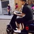 Justin Bieber senza casco in motorino a Firenze01