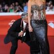Enrico Lucci bacia il sedere a Valeria Marini al RomaFilmFest (foto)