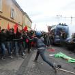 Napoli, scontri davanti Città scienza a Bagnoli: sassi contro polizia12