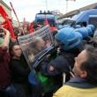 Napoli, scontri davanti Città scienza a Bagnoli: sassi contro polizia03