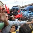 Napoli, scontri davanti Città scienza a Bagnoli: sassi contro polizia04