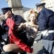 Femen protestano a seno nudo a piazza San Pietro02