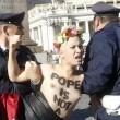 Femen protestano a seno nudo a piazza San Pietro05