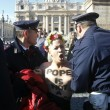 Femen protestano a seno nudo a piazza San Pietro04