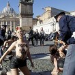 Femen protestano a seno nudo a piazza San Pietro03