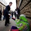 Ed Miliband, faccia imbarazzata e solo 2 cent a donna che chiede elemosina FOTO2