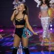Victoria's Secret Fashion Show: 47 modelle in ali dorate, piume e total black01