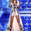 Victoria's Secret Fashion Show: 47 modelle in ali dorate, piume e total black010