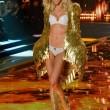 Victoria's Secret Fashion Show: 47 modelle in ali dorate, piume e total black012