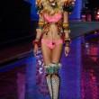 Victoria's Secret Fashion Show: 47 modelle in ali dorate, piume e total black015