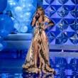 Victoria's Secret Fashion Show: 47 modelle in ali dorate, piume e total black08
