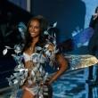 Victoria's Secret Fashion Show: 47 modelle in ali dorate, piume e total black020