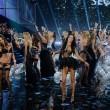Victoria's Secret Fashion Show: 47 modelle in ali dorate, piume e total black022
