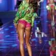 Victoria's Secret Fashion Show: 47 modelle in ali dorate, piume e total black025