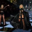 Victoria's Secret Fashion Show: 47 modelle in ali dorate, piume e total black02