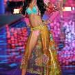 Victoria's Secret Fashion Show: 47 modelle in ali dorate, piume e total black05