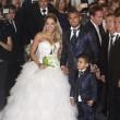 Arturo Vidal sposa Maria Teresa con l'abito blu luccicante FOTO01