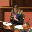 Maria Elena Boschi in Aula col tablet. Passano senatori, lo nasconde VIDEO